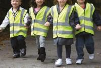 діти в жилетах