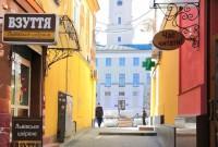 На вулицях Малій та І. Франка ремонтують тротуари