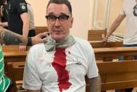 Сьогодні в будівлі суду одеський блогер полоснув себе лезом по горлу (Відео)