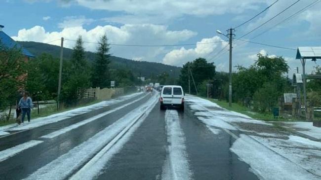 Яремче засипало градом, а Івано-Франківщину - снігом